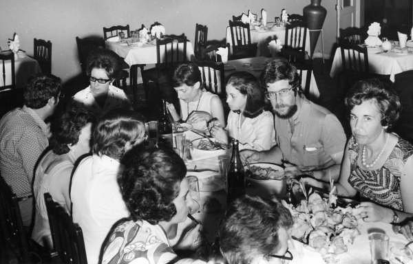 1974-75 Almoço relacionado com a sector do ensino. Moura Ferreira ( de barbas), porfessores, estagiarios de ensino e inspector.