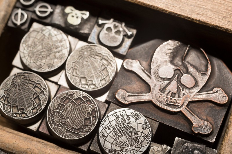 When we came across pirate-like and curious symbols, we could not resist the temptation to add them to the collections in the Archive of Styles®.