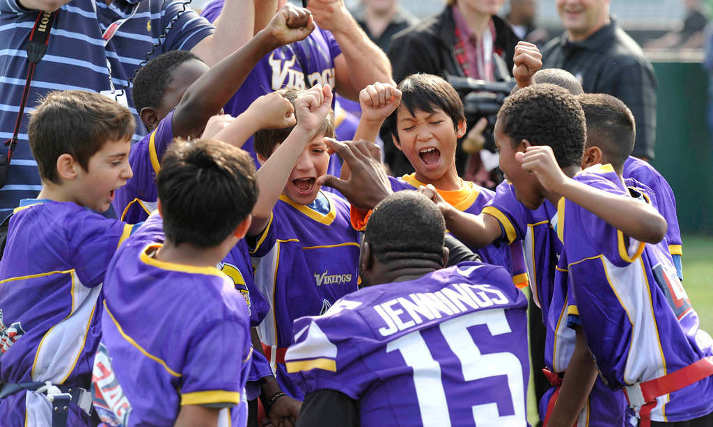 . Vikings wide receiver Greg Jennings huddles with young players. (NFL: Sean Ryan)