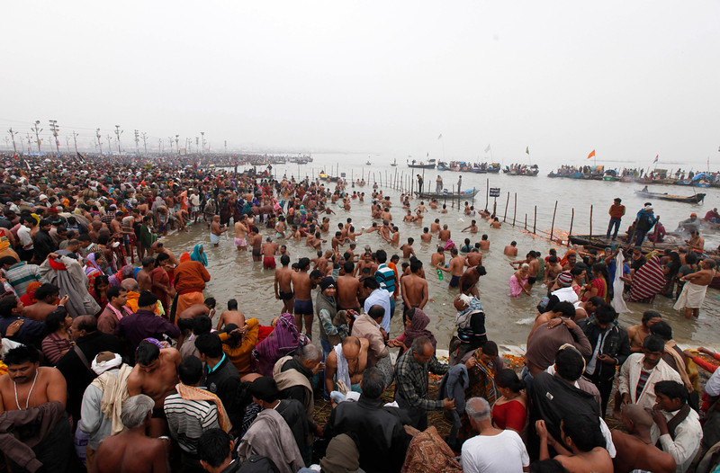 . Thousands of Indian Hindu devotees gather to perform rituals at the Sangam, the confluence of the Ganges and Yamuna rivers, on \'Mauni Amavasya\' or new moon day, the third and most auspicious date of bathing during the annual month long Hindu religious fair \'Magh Mela\' in Allahabad, India,  Thursday, Jan. 30, 2014. Hundreds of thousands of Hindu pilgrims take dips in the confluence, hoping to wash away sins during the month long festival. (AP Photo/Rajesh Kumar Singh)