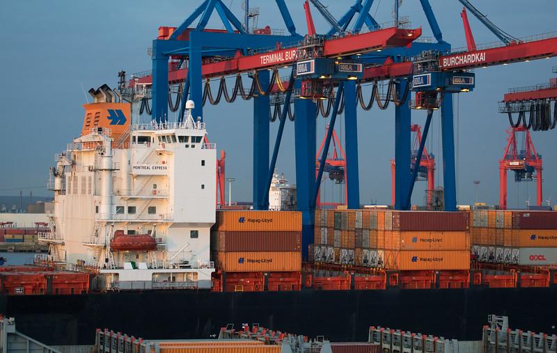 Containerschiff Montreal Express von Hapag Lloyd am Athabaskakai Hamburg