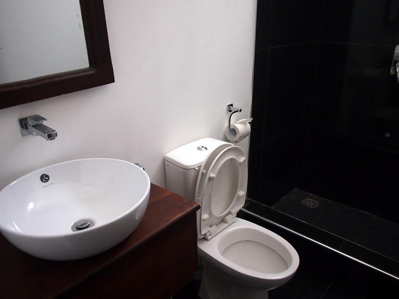 P2249286-barracuda-bathroom.JPG