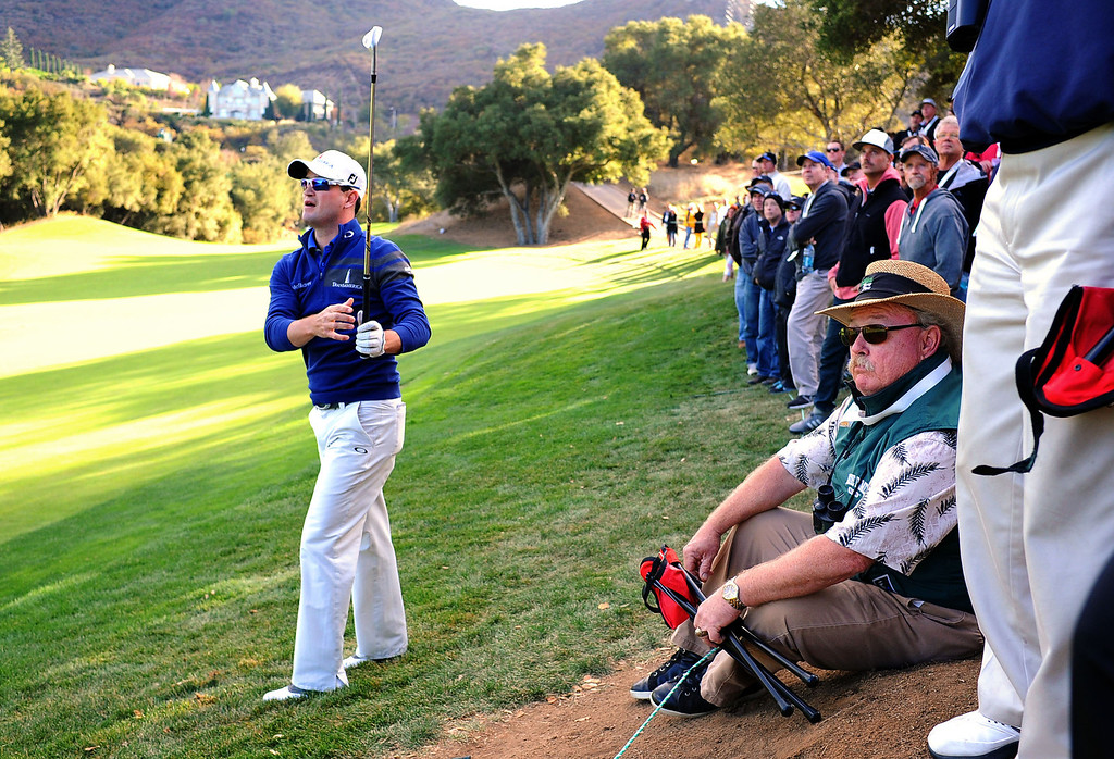 . First-round leader Zach johnson watches his shot to the 18th green during the first-round of Tiger Woods\' Northwestern Mutual World Challenge at Sherwood Country Club in Thousand Oaks, CA Thursday December 5, 2013.  Johnson finished the day at 5 under par.(Andy Holzman/Los Angeles Daily News)