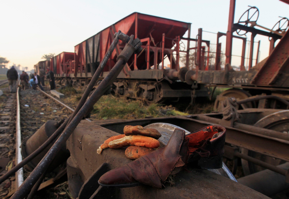Description of . Belongings of victims lie near the wreckage of a military train crash in the Giza neighbourhood of Badrashin, about 40 km (25 miles) west of Cairo, January 15, 2013. A military train carrying young recruits to an army camp derailed in a Cairo suburb on Tuesday, killing 19 people and injuring 107, Egypt's health ministry spokesman said.   REUTERS/Mohamed Abd El Ghany
