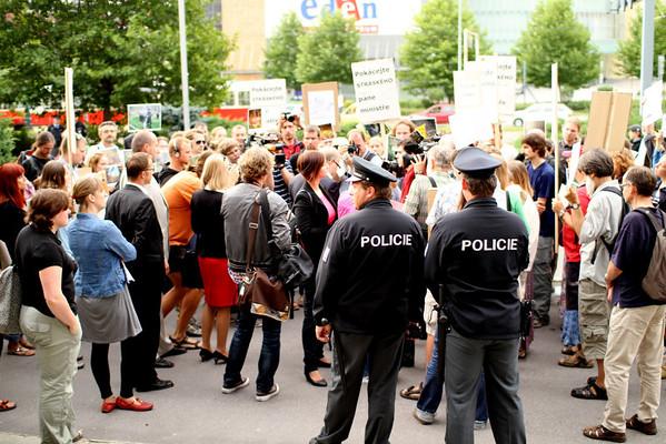 Demonstrace před MŽP - Odvolejte Stráského, pane ministře