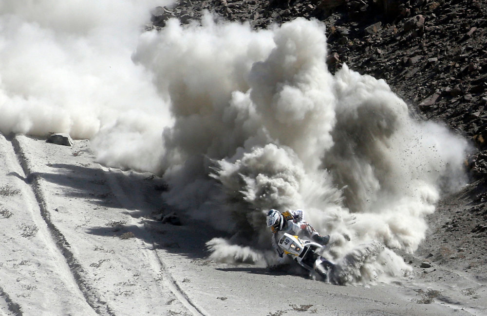 Description of . South Africa's Riaan Van Niekerk falls with his KTM during the 5th stage of the Dakar Rally 2013 from Arequipa in Peru to Arica in Chile, January 9, 2013. Picture taken January 9, 2013. REUTERS/Jacky Naegelen  (CHILE  - Tags: SPORT MOTORSPORT)