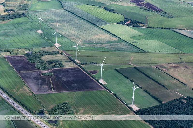 F20180609a110624_2054-Skyvan-porte ouverte-paysages-fermes-éoliennes-Aalborg,Danemark.JPG