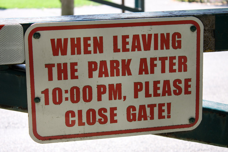 When leaving the park after 10:00pm, please close gate!