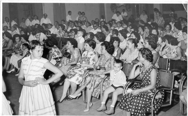 Dundo -Festa na Casa Pessoal .  Vanda Rosendo em grande plano à esquerda; a Nita Bastos, a Mila Reis com a filha Isabel ao colo