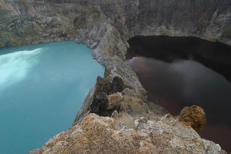 IN157-Kelimutu lake#black&turquoise.JPG