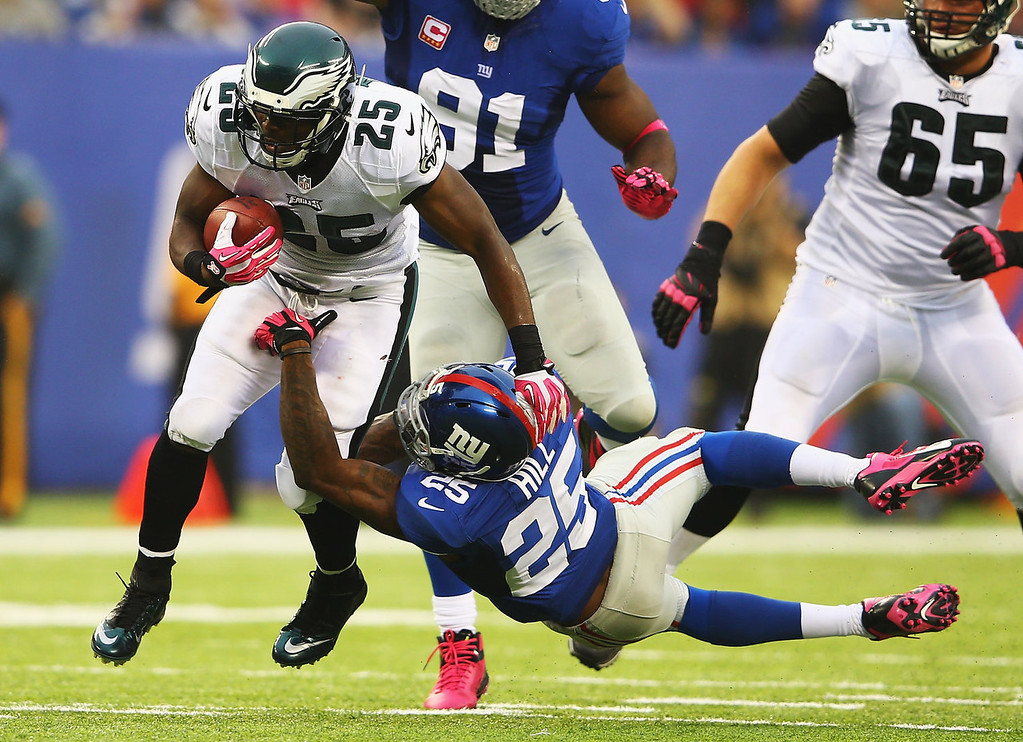 . LeSean McCoy #25 of the Philadelphia Eagles runs past  Will Hill #25 of the New York Giants in the second quarter during their game at MetLife Stadium on October 6, 2013 in East Rutherford, New Jersey.  (Photo by Al Bello/Getty Images)
