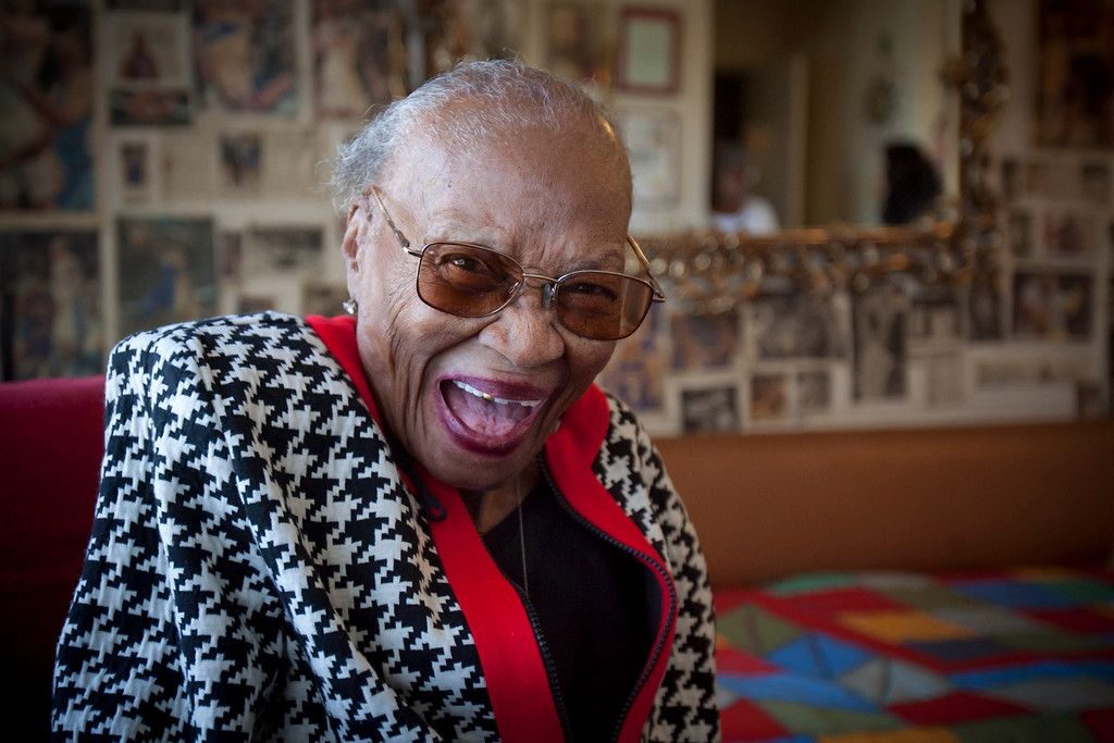 . 105 Year-old Allene Wynn loves sweets and the Lakers.   Photo by David Crane/Los Angeles Daily News.