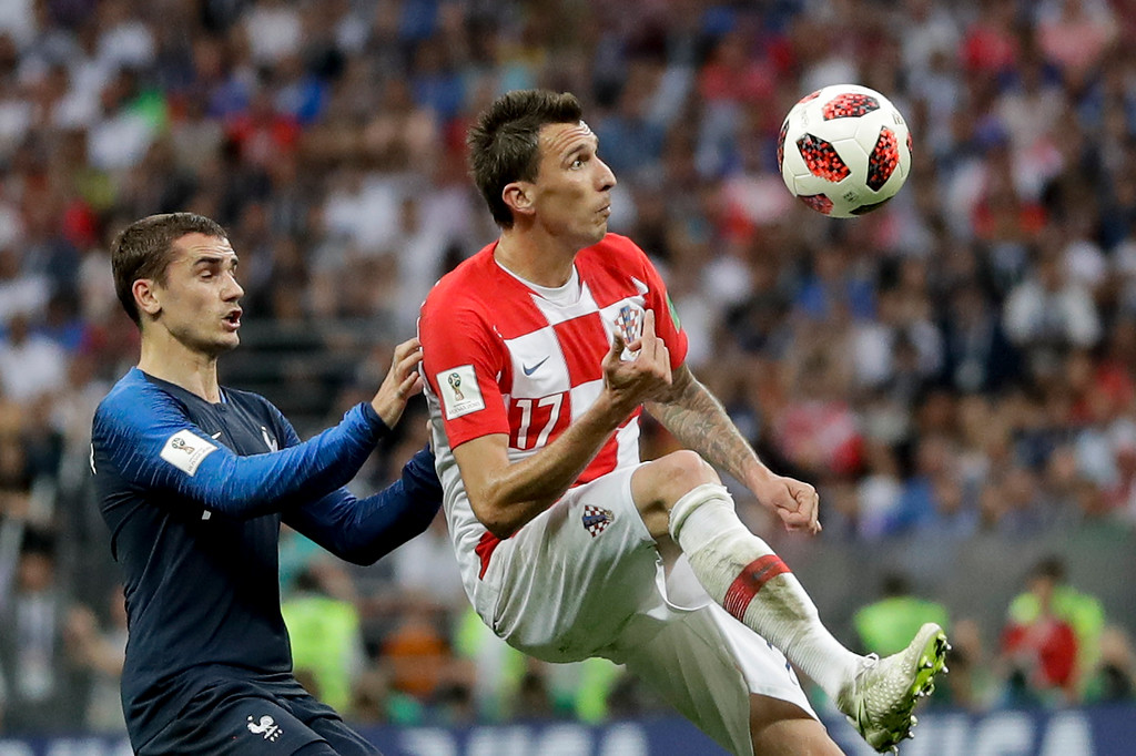 . Croatia\'s Mario Mandzukic, right, vies for the ball with France\'s Antoine Griezmann, left, during the final match between France and Croatia at the 2018 soccer World Cup in the Luzhniki Stadium in Moscow, Russia, Sunday, July 15, 2018. (AP Photo/Matthias Schrader)
