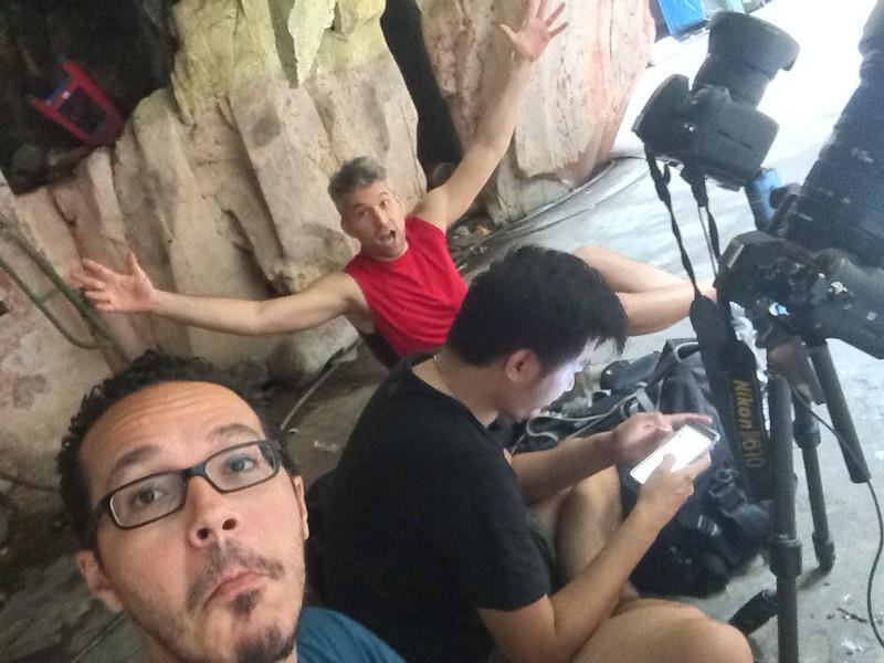 Pete en rouge, Chow sur son gros iphone 6+, et en bas je sais pas trop qui c'est.