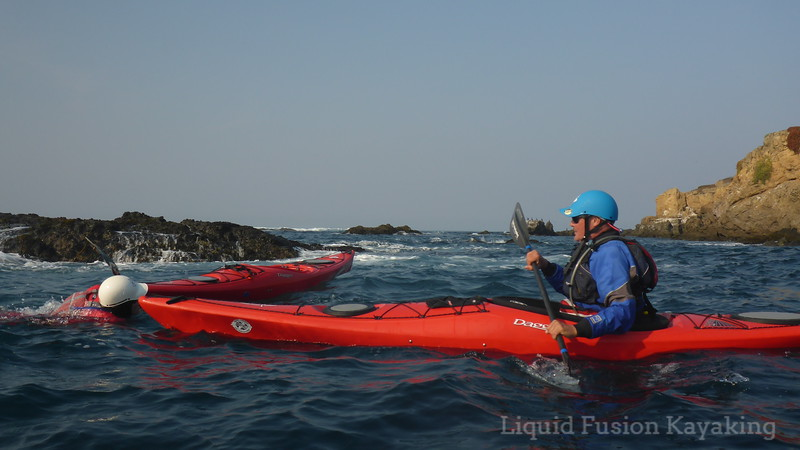 Sea kayak capsize recovery in rock gardens