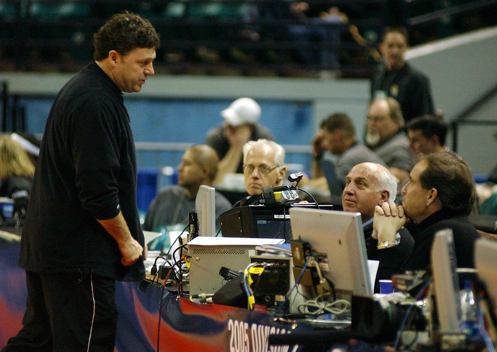 . Oakland University men\'s basketball head coach Greg Kampe, left, chats with CBS sports commentators Billy Packer, right, and Jim Nantz, far right, at the end of his team\'s practice, Thursday, March 17, 2005, at the Charlotte Coliseum in Charlotte, NC.