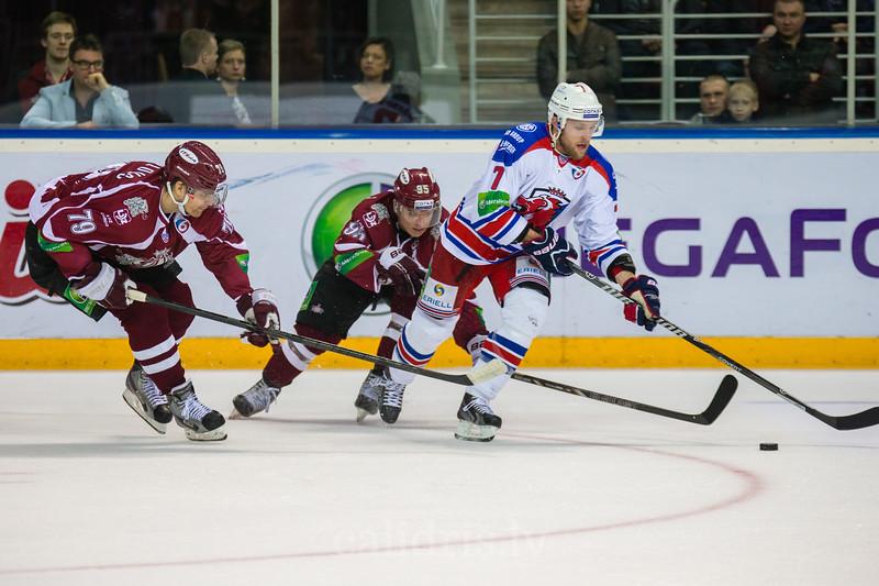 Vitālijs Pavlovs (79) un Juris Upītis (95) mēģina apturēt Mikko Mäenpää (7)