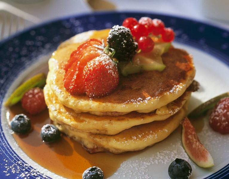 Amerikanska pannkakor med l?nnsirap , b?r och frukt.