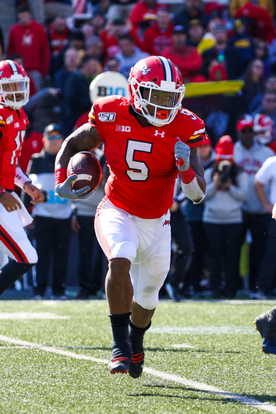 Terps RB Anthony McFarland runs with the ball.