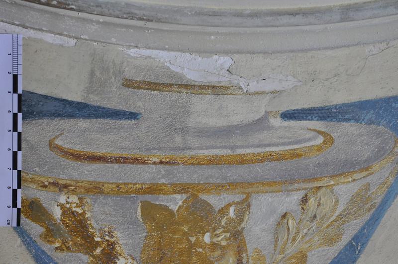 - Freilegung-Entscheidungsproblem: ist das Grau in der Vase Schmutz oder Malschicht? auf rechter Hälfte Zustand nach Abnahme der Verschmutzungs analog zu Hintergrundbereich; Schattierungen stehen vor hellem Grund auf linker Hälfte belassen; Schattierungen sind integriert in Allgemeinfarbigkeit. Sequenz 2  - Korrekturfarben D3: seitliche Einfassung des Vasenhalses mit Hintergrundfarbe= Korrektur; schon bestehende Ocker Linie wird dabei übermalt DSC_0420