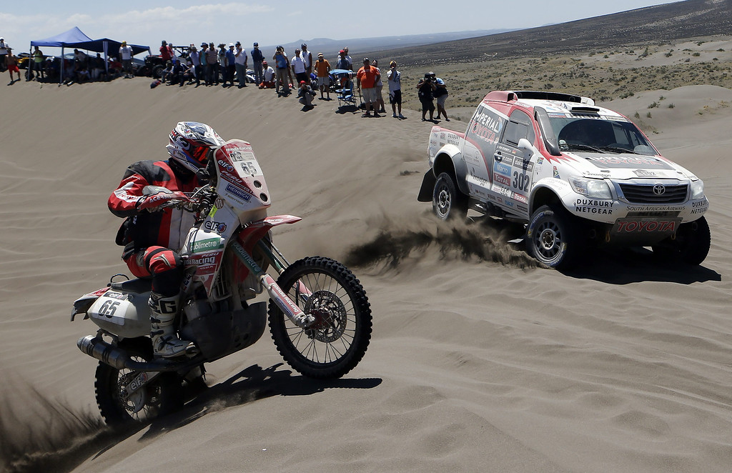 . South African Giniel de Villiers (R) and Peruvian Eduardo Heinrich in action during the second stage of the Rally Dakar 2014 between the Argentinean localities of San Luis and San Rafael, 06 January 2014. Rally Dakar will run between 4 and 18 January across Argentina, Bolivia and Chile.  EPA/Felipe Trueba