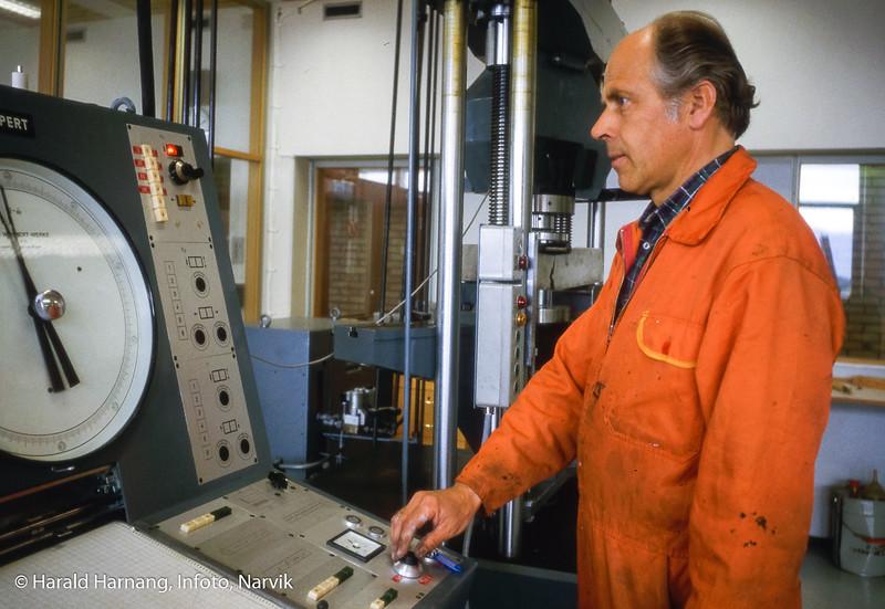 Finn Haugen. Materialprøve-lab. Narvik ingeniørhøgskole. Bilde tatt til slides-serie for å promotere skolen i ulike sammenhenger.