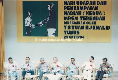 1986 - HARI UCAPAN DAN PENYAMPAIAN HADIAH DI MRSM TERENDAK