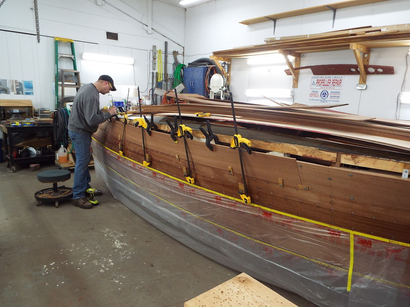 Fitting the last starboard side plank.