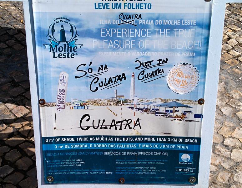 Podle tohohle plakátu jsou na ostrově, kam míříme, prý 3 m čtvereční stínu...