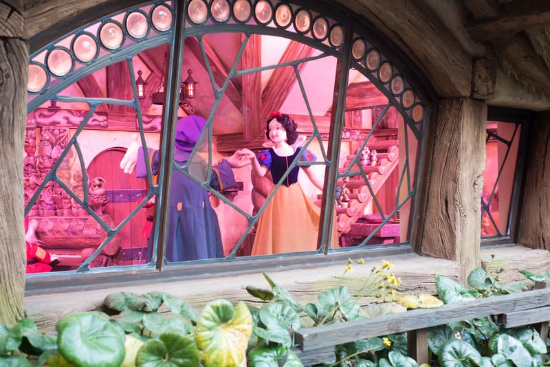 Happy Snow White - Magic Kingdom Walt Disney World