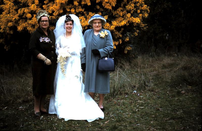 1961-8-19 (32) Doris, Mary & Ellie.JPG