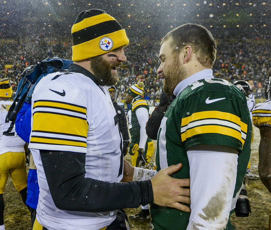 . Pittsburgh Steelers quarterback Ben Roethlisberger (L) and Green Bay Packers quarterback Matt Flynn (R) talk as snow falls following the second half of their NFL game at Lambeau Field in Green Bay, Wisconsin, USA, 22 December 2013. The Steelers defeated the Packers.  EPA/TANNEN MAURY