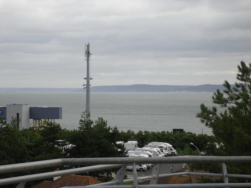 """vanaf de bovenverdieping van de """"Flakturm"""" heb je een fantastisch uitzicht over Sword Beach"""