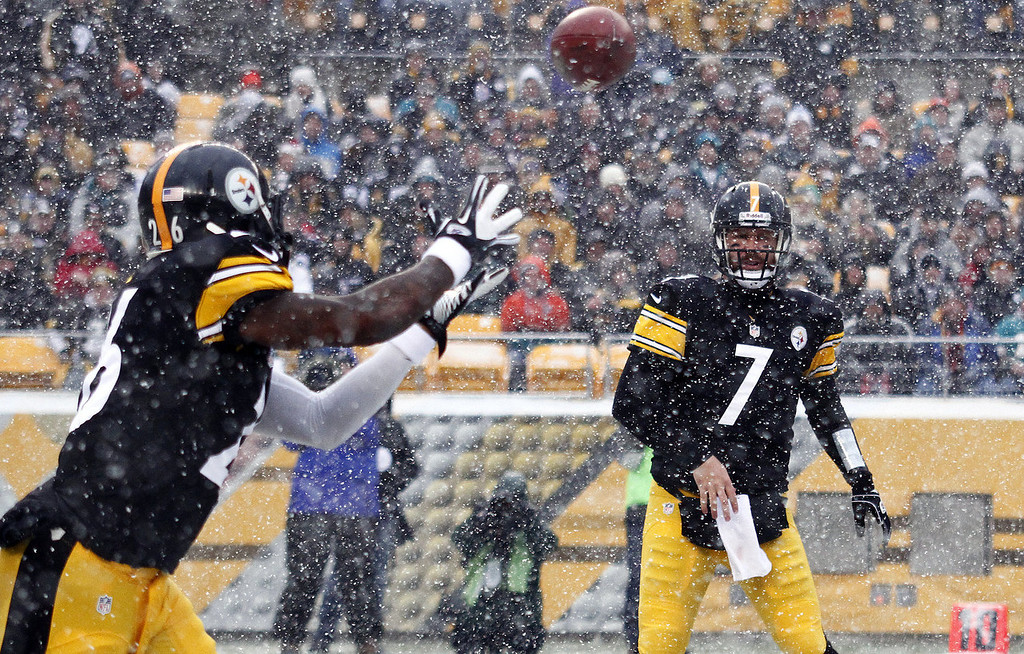 . Ben Roethlisberger #7 of the Pittsburgh Steelers passes to Le\'Veon Bell #26 of the Pittsburgh Steelers against the Miami Dolphins during the game on December 8, 2013 at Heinz Field in Pittsburgh, Pennsylvania. (Photo by Justin K. Aller/Getty Images)