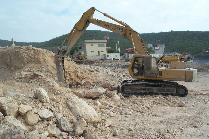 NPK E225 hydraulic hammer on Deere excavator (13).jpg