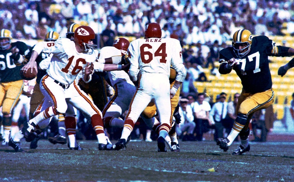 . Kansas City Chiefs quarterback Len Dawson (16) looks for an opening, Jan. 15, 1967 in Super Bowl I game against Green Bay Packers, at Los Angeles Califonia\'s Memorial Coliseum. Other players are unidentified.  The Packers won, 35-21. (AP photo)