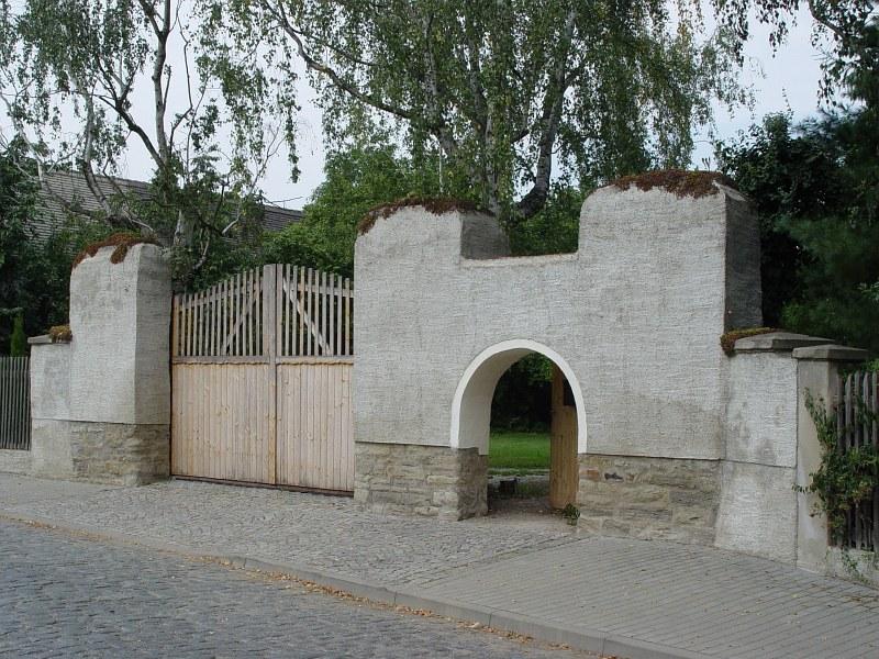 2005-09-10_06222 Gartenzaun in Predel - man beachte die Relationen von Pforte und Tor! gardenfence in Predel - have a look at the relations between the fence doors