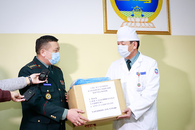 Цэргийн төв эмнэлэгийн урьдчилан сэргийлэх,тусгаарлах байранд ажиллаж байгаа эмч сувилагчидад Энхийг сахиулагч нар хандив гардууллаа