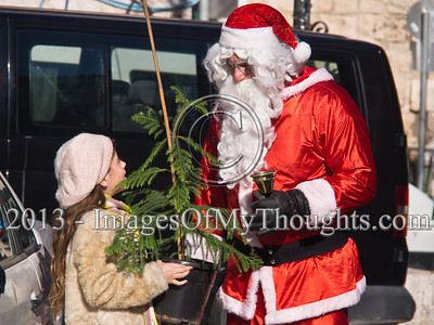 20131222Santa Claus distributes Christmas trees at Jerusalem's New Gate