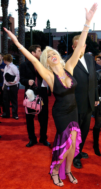 . Anna Nicole Smith arrives for the 32nd annual American Music Awards, Sunday, Nov. 14, 2004, at the Shrine Auditorium in Los Angeles. (AP Photo/Chris Pizzello)