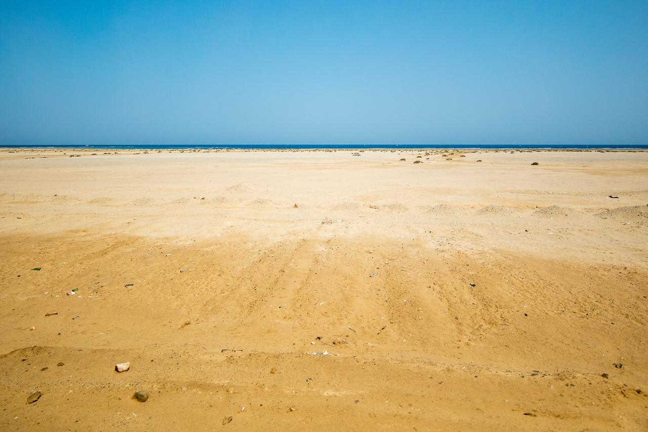 Egipt; Krajobraz; PrzezOknoAutobusu; Safari; pustynia; Pustynia z wybrzeżem na horyzoncie