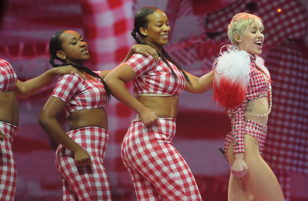 ". Miley Cyrus performs ""4x4\"" . (Pioneer Press: Scott Takushi)"