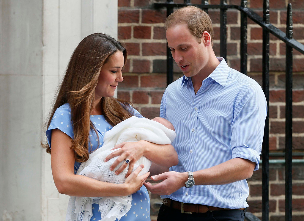 . Britain\'s Prince William and his wife Catherine, Duchess of Cambridge appear with their baby son, as they stand outside the Lindo Wing of St Mary\'s Hospital, in central London July 23, 2013.   REUTERS/Stefan Wermuth