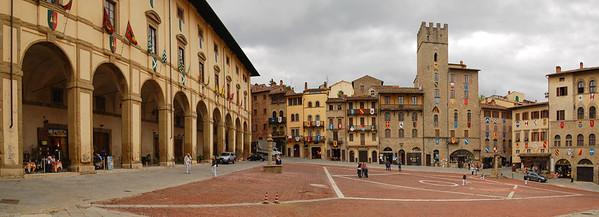 """Ganz in der Nähe von Poppi: Arezzo mit dem """"Piazza Grande""""... / Nearby Poppi: Arezzo with """"Piazza Grande""""..."""