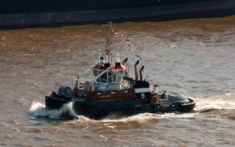 BUGSIER 5 Schlepper in Fahrt in Hamburg auf der Elbe