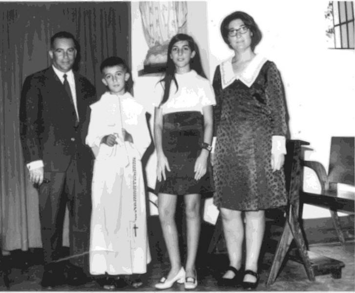 Dundo.  Beka rodeado de pais Adalberto e Teresa e irmã Zelinha