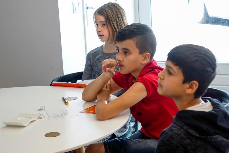 Nederland, Amsterdam, 14 juni 2017, kinderen van de J M Coenenschool interviewen mevrouw Joyce Ishaq, foto: Katrien Mulder