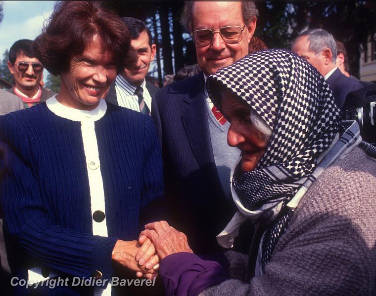 *legende* 1988_ Danielle Mitterand visite un camp de refugies Kurdes.