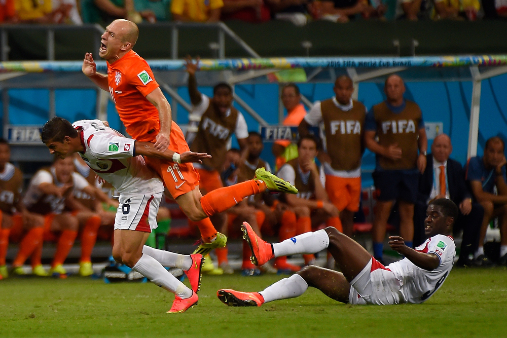 . Costa Rica\'s defender Oscar Duarte (L) and Netherlands\' forward Arjen Robben vie during the quarter-final football match between the Netherlands and Costa Rica at the Fonte Nova Arena in Salvador during the 2014 FIFA World Cup on July 5, 2014.  (ODD ANDERSEN/AFP/Getty Images)