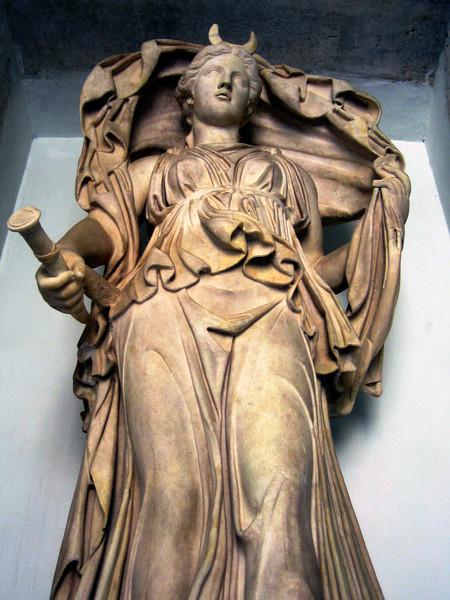 Luna_statue_Selene_moon_goddess.jpg